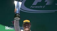 Valtteri Bottas se svou trofejí po závodě v Brazílii