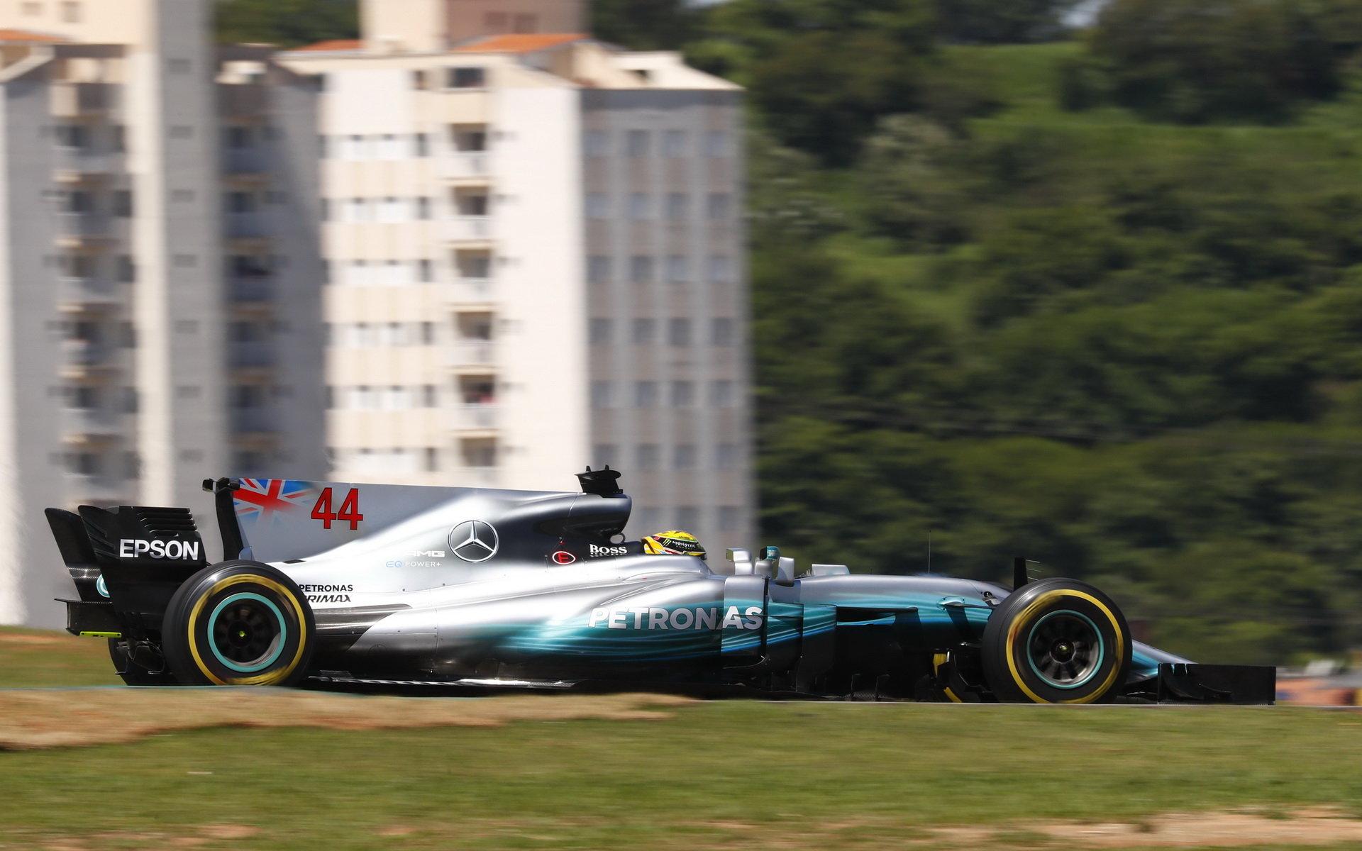 Lewis Hamilton se po startu z boxové uličky probojoval na čtvrté místo, Kimiho Räikkönena už předjet nedokázal - došly mu pneumatiky