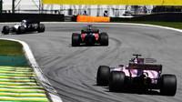Sergio Pérez a Fernando Alonso v závodě v Brazílii