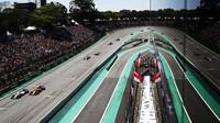Felipe Massa předjíždí Fernanda Alonsa v závodě v Brazílii