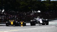 Felipe Massa a jezdci Renaultu v závodě v Brazílii