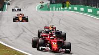 Kimi Räikkönen a Max Verstappen počas Safety caru v závodě v Brazílii