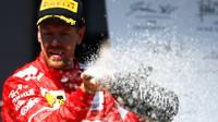Sebastian Vettel slaví vítězství po závodě v Brazílii