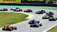 Daniel Ricciardo, Romain Grosjean a Pascal Wehrlein po startu závodu v Brazílii