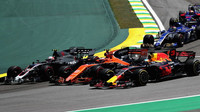 Kevin Magnussen, Stoffel Vandoorne a Daniel Ricciardo v úvoní kolizi závodu v  Brazílii