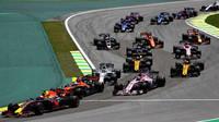 Max Verstappen, Fernando Alonso a Sergio Pérez po startu závodu v  Brazílii