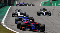Pierre Gasly, Marcus Ericsson, Lance Stroll a Lewis Hamilton v závodě v Brazílii
