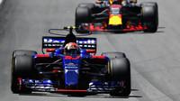 Pierre Gasly a Daniel Ricciardo v závodě v Brazílii