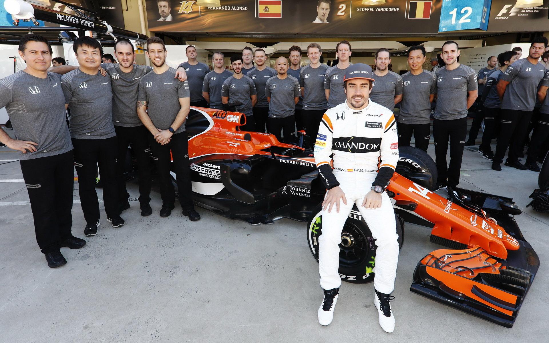 Fernando Alonso na společné týmové fotografii před závodem v Brazílii