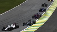 Lance Stroll a Lewis Hamilton v závodě v Brazílii