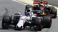 Lance Stroll a Daniel Ricciardo v závodě v Brazílii