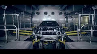 Pohled do automobilky BMW ukazuje výrobu a testování nového BMW i8 Roadster