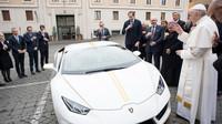 Posvěcené Lamborghini Huracán nese barvy vlajky Vatikánu a podpis papeže Františka