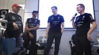 Šéfové Mercedesu a Lewis Hamilton při oslavách titulu v továrně