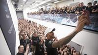 Lewis Hamilton si dělá selfíčko s šéfy a zaměstnanci Mercedesu