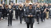 Lewis Hamilton při mistrovských oslavách titulu v Brixworthu a v Brackley