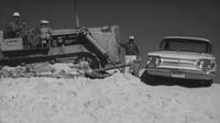 Víte, jak se kdysi zkoušela odolnost aut? Chevroletu stačil buldozer a nejvyšší kopec v okolí - anotační foto