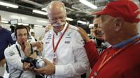 Tým Mercedes se raduje z výhry v kvalifikaci v Abú Zabí