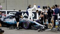 Lewis Hamilton a Valtteri Bottas po kvalifikaci v Abú Zabí