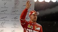 Sebastian Vettel na pódiu po závodě v Abú Zabí