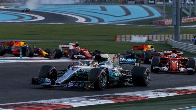 Lewis Hamilton po startu Velké ceny Abú Zabí