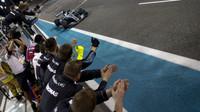 Valtteri Bottas v cíli závodu v Abú Zabí