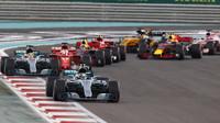 Valtteri Bottas a Lewis Hamilton v závodě v Abú Zabí