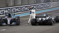 Valtteri Bottas a Lewis Hamilton po závodě v Abú Zabí