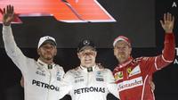 Lewis Hamilton, Valtteri Bottas a Sebastian Vettel na pódiu po závodě v Abú Zabí