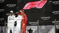 Tři nejlepší jezdci na pódiu a nové logo F1 po závodě v Abú Zabí