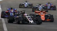 Romain Grosjean a Stoffel Vandoorne v závodě v Abú Zabí