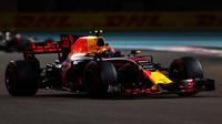Max Verstappen v závodě v Abú Zabí