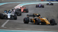 Carlos Sainz a Lance Stroll v závodě v Abú Zabí