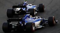 Marcus Ericsson a Pascal Wehrlein v závodě v Abú Zabí