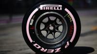 """Nová směs pneumatiky Pirelli """"Hyper měkká"""" při testech v Abú Zabí"""