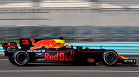 Daniel Ricciardo při testech v Abú Zabí