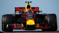 Max Verstappen při testech v Abú Zabí