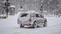 Řízení v zimě? Většina lidí omete auto, na tuhle zásadní věc ale zapomene. A hrozí za ni ohromné pokuty - anotační foto