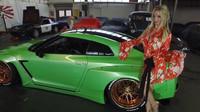 Mareike Fox se svým Nissanem GT-R