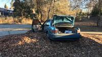 Ukradená Honda Accord se nakonec zastavila o betonový obrubník. K jakým škodám na ni došlo nevíme