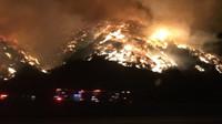 Děsivé požáry obklopují luxusní čtvrť Bel Air v Los Angeles