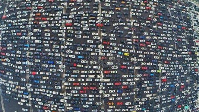 Kolona na padesátiproudové čínské dálnici