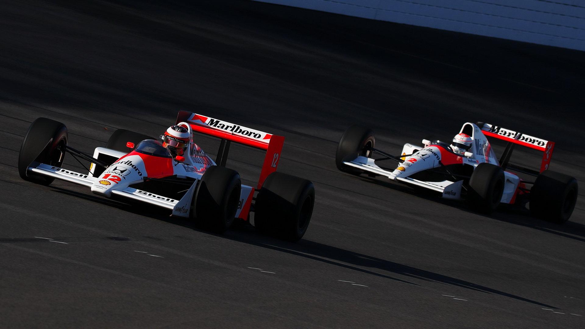 Stoffel Vandoorne s McLarenem MP4/4 před Jensonem Buttonem s McLarenem MP4/6 na Honda Thanks Day 2017
