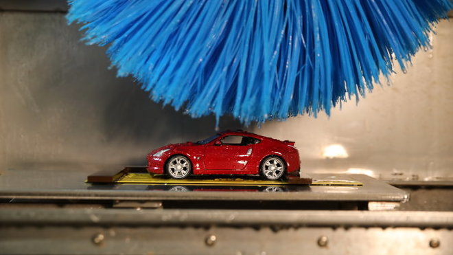 Technici v Nissanu si vyrobili zmenšený model mycí linky, aby mohli simulovat dlouhodobé poškození kartáči