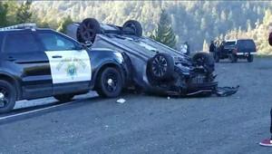 Policista využil rám svého vozu k odstranění vraku, který blokoval dopravu