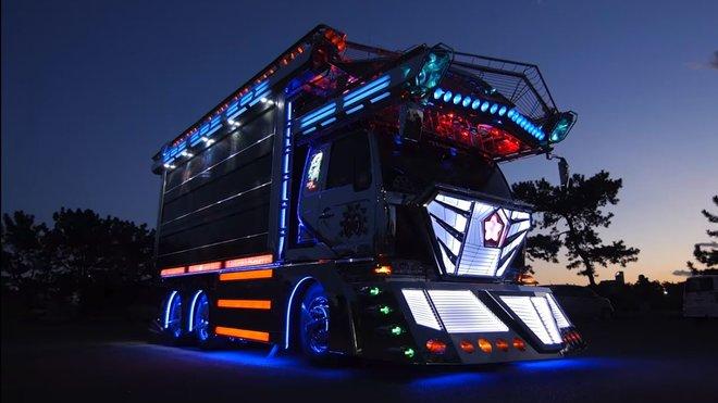 """Staré popelářské náklaďáky v úpravě """"Dekotora"""" jsou v Japonsku brány jako pojízdné umění"""