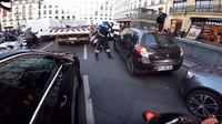 Chris RS, motorkář v kostýmu Santa Clause, zabránil žene v ujetí od nehody