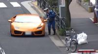 Policista na kole si podal řidiče Lamborghini Huracán kvůli jízdě na červenou