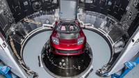 Elektromobil Tesla Roadster připravený k naložení do raketoplánu Falcon Heavy
