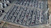 Záběry automobilky Tesla ukazují stovky hotových elektromobilů Model 3